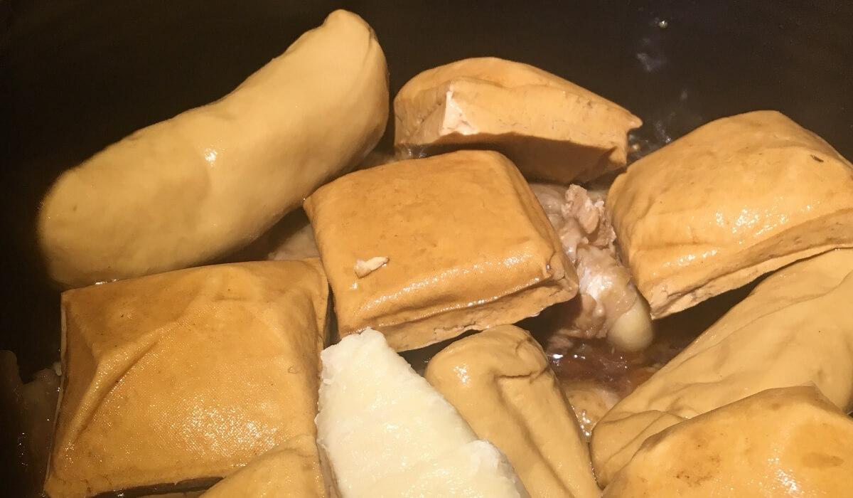 將滷過雞肉的滷汁,進行第二次滷配料的準備,像是豆干、海帶...等都可以在這次放進去滷