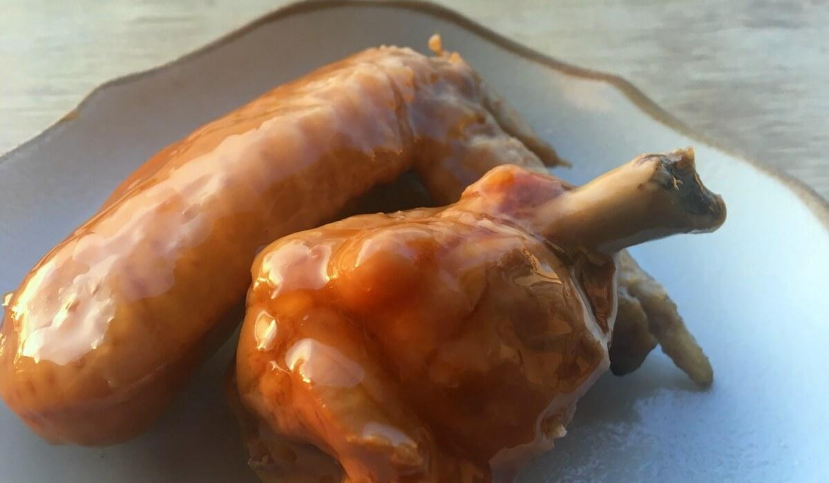 用滷汁將滷肉浸泡到隔天的滷雞翅和雞腿